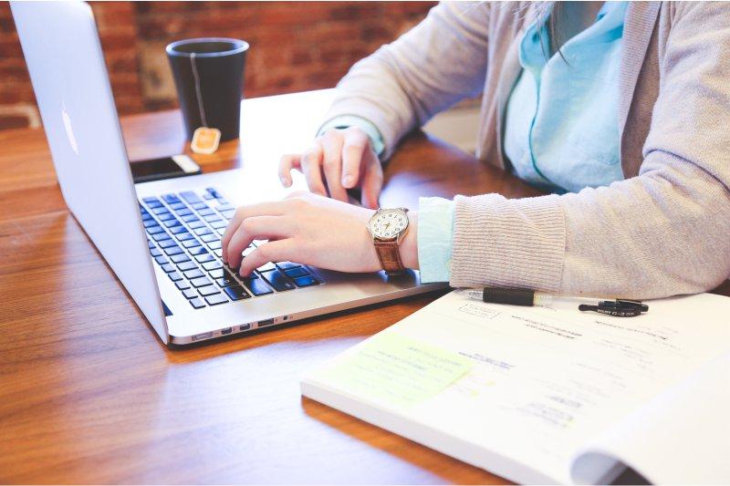 pessoa-estudando-e-trabalhando-com-computador